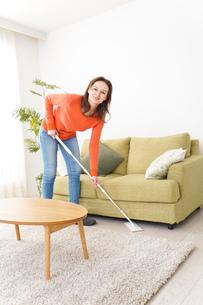 家を掃除する若い女性の写真素材 [FYI04712178]