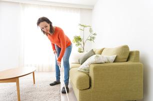 家を掃除する若い女性の写真素材 [FYI04712179]