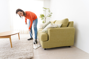 家を掃除する若い女性の写真素材 [FYI04712180]