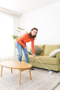 家を掃除する若い女性の写真素材 [FYI04712184]