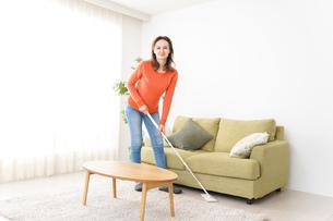 家を掃除する若い女性の写真素材 [FYI04712185]