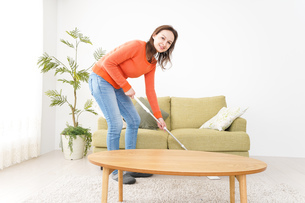 家を掃除する若い女性の写真素材 [FYI04712187]