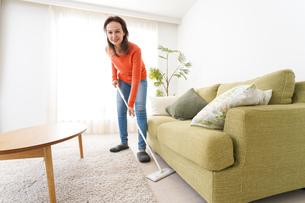 家を掃除する若い女性の写真素材 [FYI04712191]