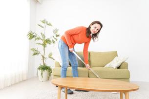 家を掃除する若い女性の写真素材 [FYI04712194]