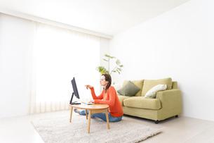 自宅でパソコンを使う若い女性の写真素材 [FYI04712201]