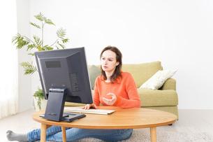 自宅でパソコンを使う若い女性の写真素材 [FYI04712206]