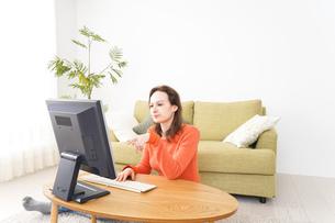 自宅でパソコンを使う若い女性の写真素材 [FYI04712208]