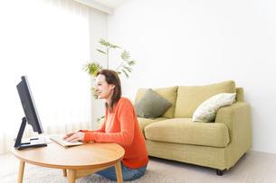 自宅でパソコンを使う若い女性の写真素材 [FYI04712209]