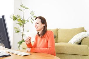 自宅でパソコンを使う若い女性の写真素材 [FYI04712222]