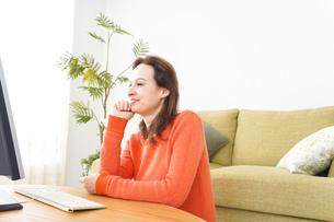 自宅でパソコンを使う若い女性の写真素材 [FYI04712229]