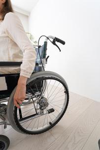車椅子でデスクワークをする外国人の女性の写真素材 [FYI04712341]