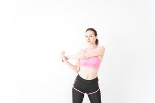 スポーツウェアを着てストレッチをする外国人の女性の写真素材 [FYI04712395]