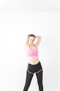 スポーツウェアを着てストレッチをする外国人の女性の写真素材 [FYI04712401]