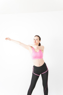 スポーツウェアを着てストレッチをする外国人の女性の写真素材 [FYI04712403]
