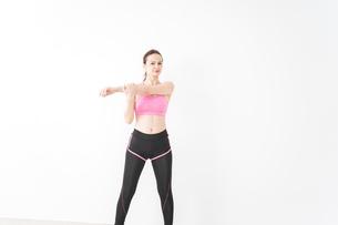 スポーツウェアを着てストレッチをする外国人の女性の写真素材 [FYI04712405]