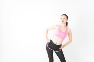 スポーツウェアを着てストレッチをする外国人の女性の写真素材 [FYI04712408]