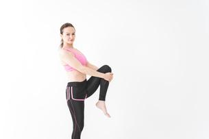 スポーツウェアを着てストレッチをする外国人の女性の写真素材 [FYI04712409]
