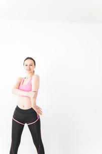 スポーツウェアを着てストレッチをする外国人の女性の写真素材 [FYI04712410]
