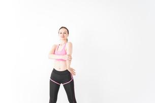 スポーツウェアを着てストレッチをする外国人の女性の写真素材 [FYI04712412]