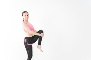 スポーツウェアを着てストレッチをする外国人の女性の写真素材 [FYI04712413]