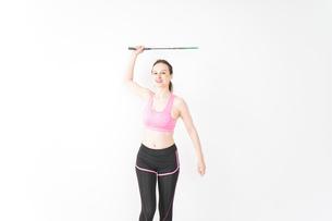 スポーツウェアを着てバドミントンをする外国人の女性の写真素材 [FYI04712415]