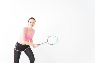 スポーツウェアを着てバドミントンをする外国人の女性の写真素材 [FYI04712416]