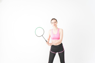 スポーツウェアを着てバドミントンをする外国人の女性の写真素材 [FYI04712419]