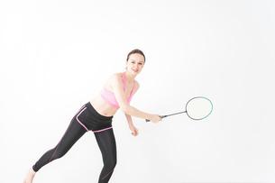 スポーツウェアを着てバドミントンをする外国人の女性の写真素材 [FYI04712420]