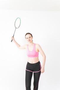 スポーツウェアを着てバドミントンをする外国人の女性の写真素材 [FYI04712421]