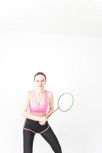 スポーツウェアを着てバドミントンをする外国人の女性の写真素材 [FYI04712422]