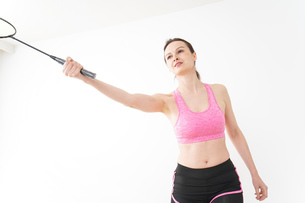 スポーツウェアを着てバドミントンをする外国人の女性の写真素材 [FYI04712423]