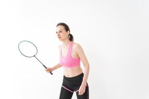 スポーツウェアを着てバドミントンをする外国人の女性の写真素材 [FYI04712424]