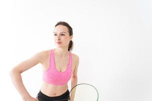 スポーツウェアを着てバドミントンをする外国人の女性の写真素材 [FYI04712425]