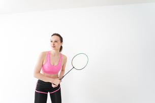 スポーツウェアを着てバドミントンをする外国人の女性の写真素材 [FYI04712426]