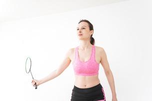 スポーツウェアを着てバドミントンをする外国人の女性の写真素材 [FYI04712428]