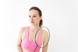 スポーツウェアを着てバドミントンをする外国人の女性の写真素材 [FYI04712429]