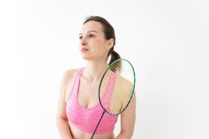 スポーツウェアを着てバドミントンをする外国人の女性の写真素材 [FYI04712430]