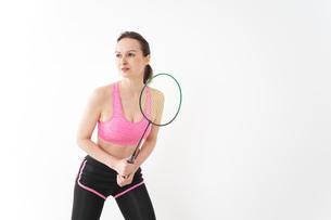 スポーツウェアを着てバドミントンをする外国人の女性の写真素材 [FYI04712431]