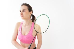 スポーツウェアを着てバドミントンをする外国人の女性の写真素材 [FYI04712432]