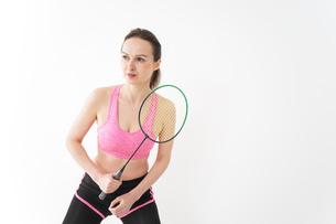 スポーツウェアを着てバドミントンをする外国人の女性の写真素材 [FYI04712433]