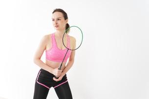 スポーツウェアを着てバドミントンをする外国人の女性の写真素材 [FYI04712434]