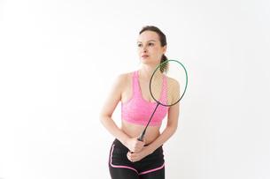 スポーツウェアを着てバドミントンをする外国人の女性の写真素材 [FYI04712435]