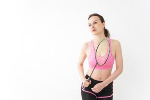 スポーツウェアを着てバドミントンをする外国人の女性の写真素材 [FYI04712436]