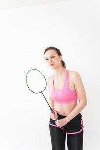 スポーツウェアを着てバドミントンをする外国人の女性の写真素材 [FYI04712441]