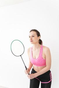 スポーツウェアを着てバドミントンをする外国人の女性の写真素材 [FYI04712442]