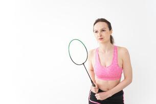 スポーツウェアを着てバドミントンをする外国人の女性の写真素材 [FYI04712443]