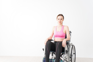 スポーツウェアを着て車椅子に乗る外国人の女性の写真素材 [FYI04712512]