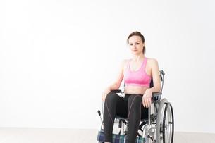 スポーツウェアを着て車椅子に乗る外国人の女性の写真素材 [FYI04712513]