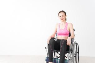 スポーツウェアを着て車椅子に乗る外国人の女性の写真素材 [FYI04712515]