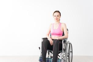 スポーツウェアを着て車椅子に乗る外国人の女性の写真素材 [FYI04712516]